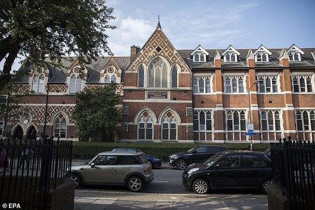 Trường học của 2 con Công nương Kate và Hoàng tử William nghi nhiễm virus corona, 4 học sinh bị cách ly - Ảnh 2.