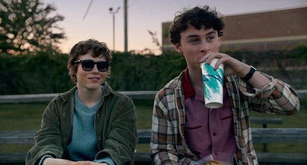 Review I AM NOT OKAY WITH THIS: Món trộn drama tuổi teen với phim siêu anh hùng, thành dễ ăn, ngọt vị - Ảnh 7.