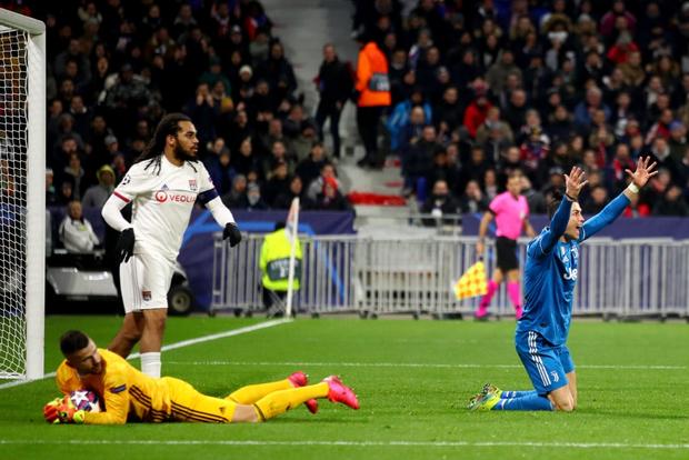 Chứng kiến đội nhà sắp toang, Ronaldo quyết định bay giữa ngân hà kiếm penalty nhưng bất thành - Ảnh 2.