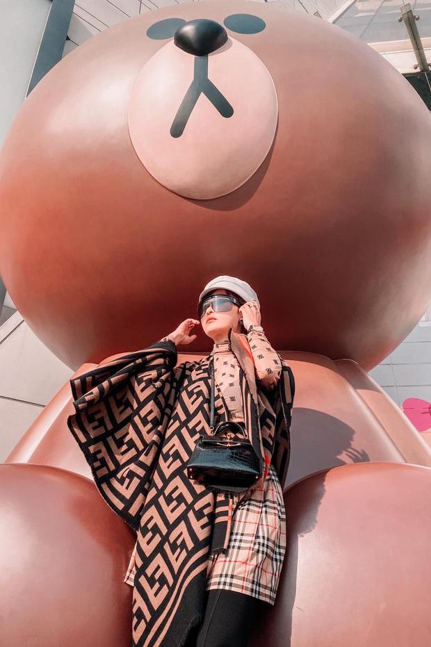 """Cùng diện áo hiệu nhưng Chi Pu xem chừng ra dáng nữ tỷ phú hơn cả """"bà hoàng Hermès"""" Jamie Chua - Ảnh 6."""