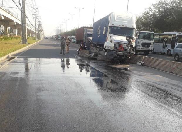 TP.HCM: CSGT tích cực rải cát xử lý dầu nhớt tràn trên đường, nhiều người cảm kích - Ảnh 1.