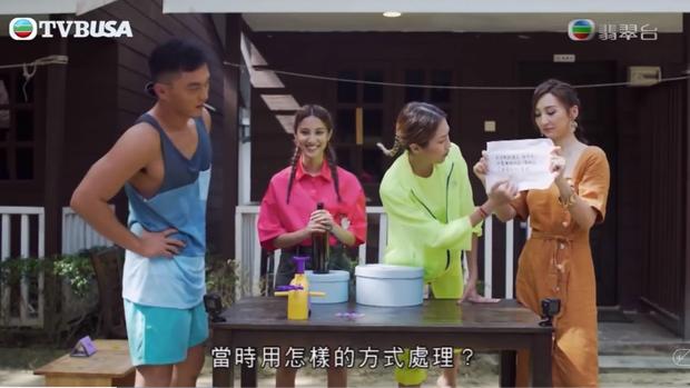 Rùng mình khi xem mỹ nhân phim 18+ của TVB liếm dép bẩn dính đầy cát trên sóng truyền hình - Ảnh 1.