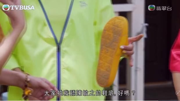 Rùng mình khi xem mỹ nhân phim 18+ của TVB liếm dép bẩn dính đầy cát trên sóng truyền hình - Ảnh 2.