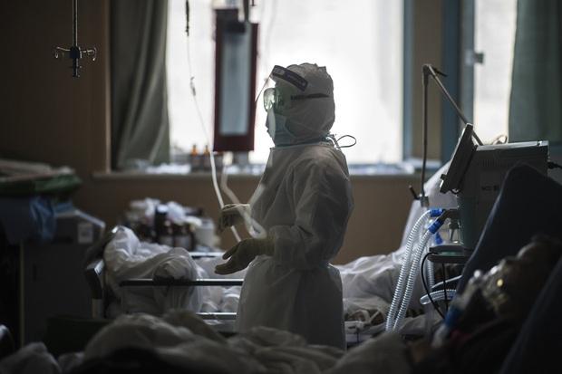 30 ngày trong vùng cách ly của một nữ y tá chiến đấu nơi tâm dịch virus corona: Cạo trọc, đóng bỉm, và những ngày đến kỳ thảm họa - Ảnh 3.