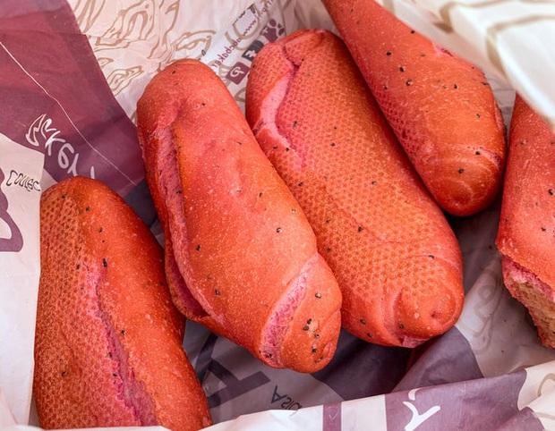 Báo Mỹ hết lời khen ngợi bánh mì thanh long của Việt Nam, phóng viên tìm đến tận nơi để trải nghiệm cảnh xếp hàng mua bánh - Ảnh 5.