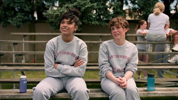 Review I AM NOT OKAY WITH THIS: Món trộn drama tuổi teen với phim siêu anh hùng, thành dễ ăn, ngọt vị - Ảnh 6.