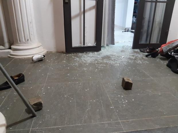 Nhóm thanh niên cầm hung khí xông vào biệt thự của Chủ tịch công ty bất động sản đập phá táo tợn - Ảnh 2.