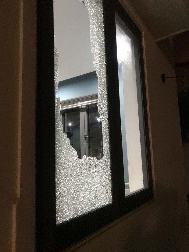 Nhóm thanh niên cầm hung khí xông vào biệt thự của Chủ tịch công ty bất động sản đập phá táo tợn - Ảnh 5.