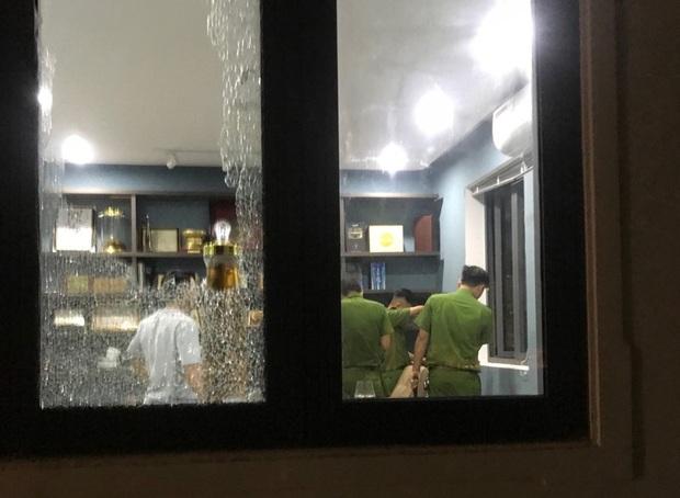 Nhóm thanh niên cầm hung khí xông vào biệt thự của Chủ tịch công ty bất động sản đập phá táo tợn - Ảnh 3.