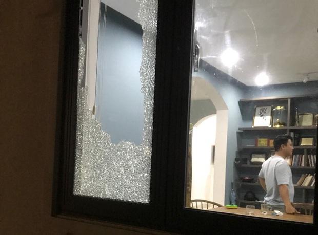 Nhóm thanh niên cầm hung khí xông vào biệt thự của Chủ tịch công ty bất động sản đập phá táo tợn - Ảnh 6.