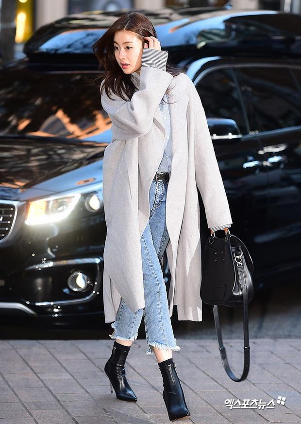 Tình cũ của Hyun Bin: Style thường ngày có thể hơi nhạt nhưng làn da mộc mạc ở tuổi 30 lại đẹp xuất chúng không thua gì Son Ye Jin - Ảnh 1.