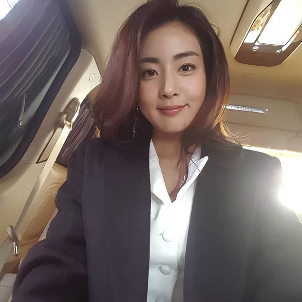Tình cũ của Hyun Bin: Style thường ngày có thể hơi nhạt nhưng làn da mộc mạc ở tuổi 30 lại đẹp xuất chúng không thua gì Son Ye Jin - Ảnh 2.