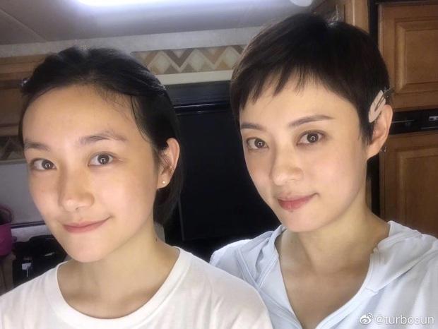 Cô em gái 19 tuổi cùng cha khác mẹ của Tôn Lệ gây bão Weibo: Xinh đẹp chẳng kém chị, mặt mộc quá xuất sắc - Ảnh 2.