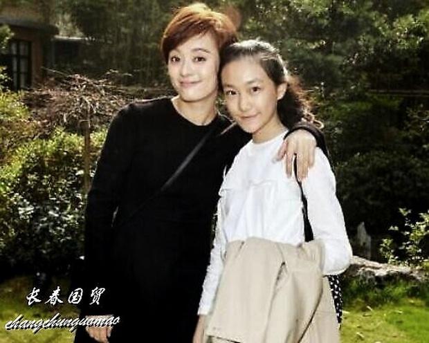 Cô em gái 19 tuổi cùng cha khác mẹ của Tôn Lệ gây bão Weibo: Xinh đẹp chẳng kém chị, mặt mộc quá xuất sắc - Ảnh 4.