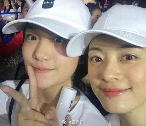Cô em gái 19 tuổi cùng cha khác mẹ của Tôn Lệ gây bão Weibo: Xinh đẹp chẳng kém chị, mặt mộc quá xuất sắc - Ảnh 9.