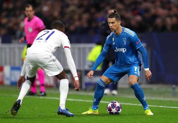 Thi đấu bạc nhược, Ronaldo và Juventus nhận thất bại ê chề ở lượt đi vòng 1/8 Champions League - Ảnh 1.