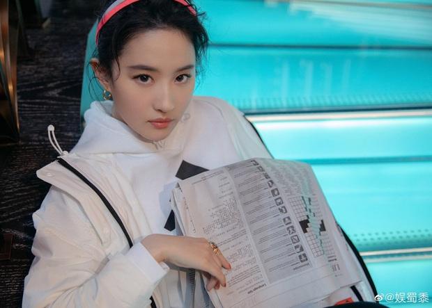 Đu trend makeup Âu Mỹ thất bại, Lưu Diệc Phi từ thần tiên tỷ tỷ đã nhanh chóng biến thành... chị gái tuổi xế chiều - Ảnh 5.
