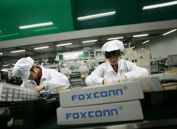 Trung Quốc: Nhà máy iPhone lớn nhất thế giới cũng chuyển sang làm khẩu trang vì bệnh dịch bùng phát - Ảnh 1.