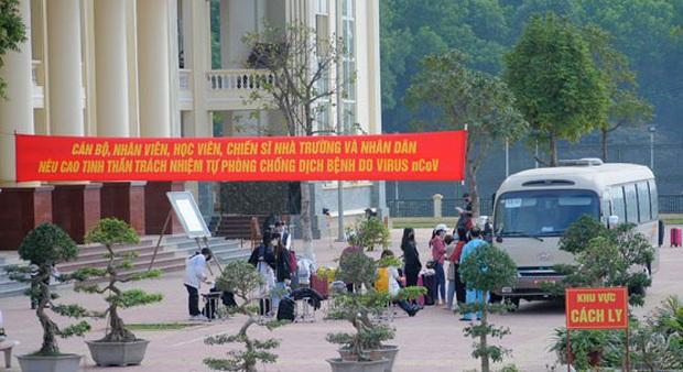 Hàng trăm người ở Hàn Quốc về Hà Nội chờ được cách ly - Ảnh 1.