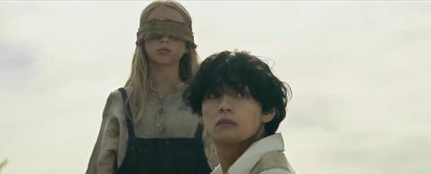 Loạt phim bom tấn được cài cắm trong MV của BTS: Fan hét khản cổ vì thuyết âm mưu Maze Runner, Bird Box của Netflix cũng bị gọi hồn - Ảnh 14.