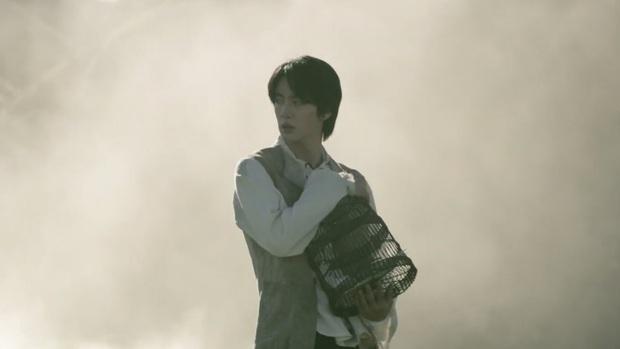 Loạt phim bom tấn được cài cắm trong MV của BTS: Fan hét khản cổ vì thuyết âm mưu Maze Runner, Bird Box của Netflix cũng bị gọi hồn - Ảnh 15.