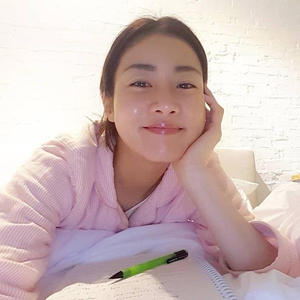 Tình cũ của Hyun Bin: Style thường ngày có thể hơi nhạt nhưng làn da mộc mạc ở tuổi 30 lại đẹp xuất chúng không thua gì Son Ye Jin - Ảnh 18.