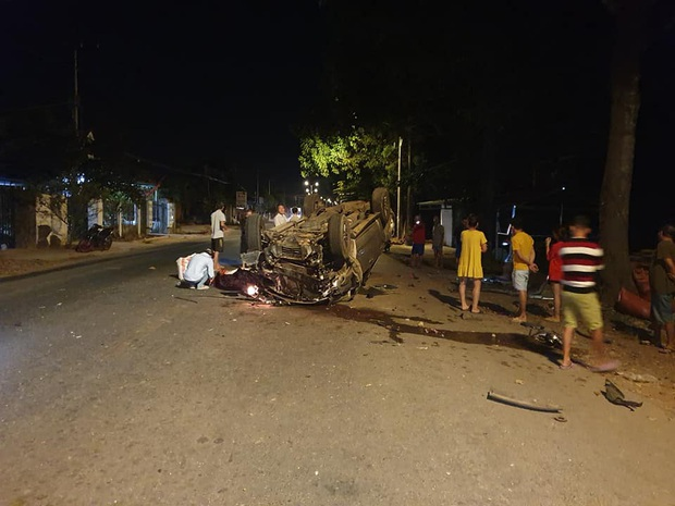 Ô tô tông vào gốc cây lật ngửa, 7 thanh niên thương vong - Ảnh 1.