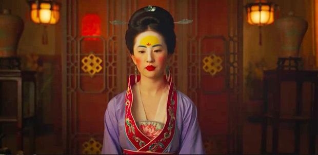 Cảnh hôn của thần tiên tỉ tỉ Lưu Diệc Phi ở Mulan bị cắt trên chính quê nhà, khán giả ai nấy gật gù đồng ý - Ảnh 1.