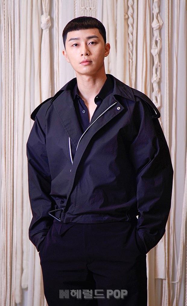 Họp báo riêng tư tránh virus Corona: Park Seo Joon gây bão với mái tóc hot trend, nhan sắc Kim Da Mi lấn lướt nữ phụ nóng bỏng Kwon Na Ra - Ảnh 1.