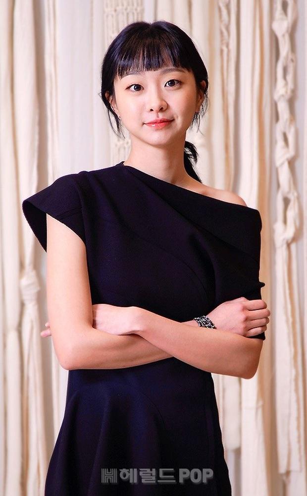 Họp báo riêng tư tránh virus Corona: Park Seo Joon gây bão với mái tóc hot trend, nhan sắc Kim Da Mi lấn lướt nữ phụ nóng bỏng Kwon Na Ra - Ảnh 2.