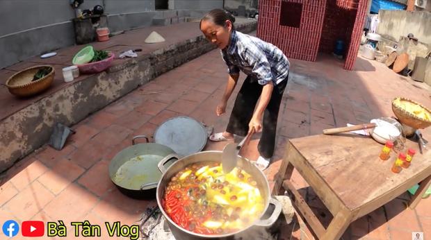 Làm lẩu ếch nhưng bà Tân Vlog lại dùng gói gia vị lẩu Thái, liệu hương vị sẽ thế nào đây? - Ảnh 5.