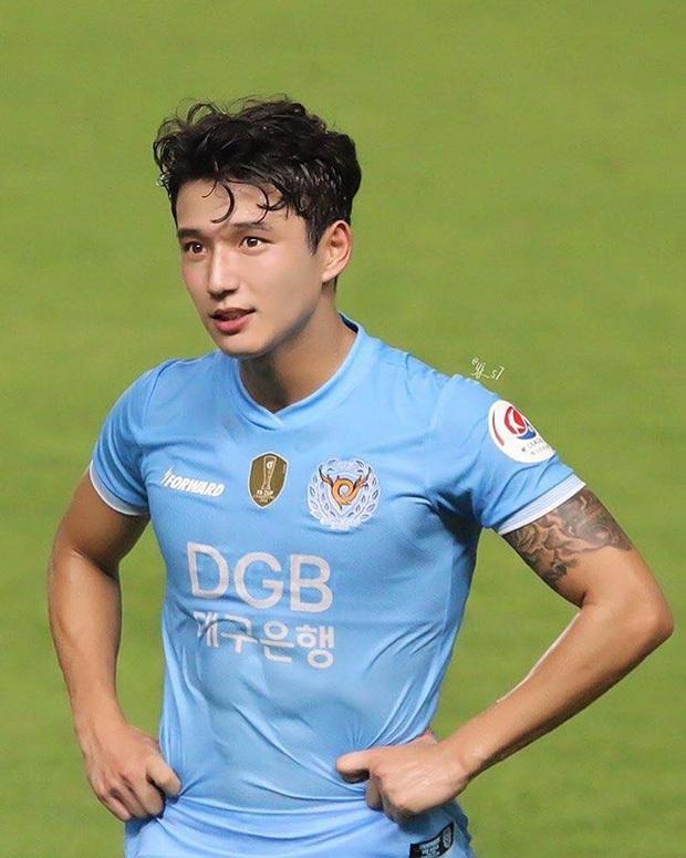 Cầu thủ đẹp trai nhất Hàn Quốc và cuộc sống ngột ngạt tại tâm dịch Daegu: Tôi sinh nhật trong cô đơn, ngày nào bố mẹ cũng gọi để chắc tôi còn khỏe - Ảnh 1.