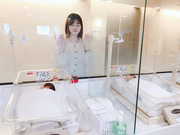 Cặp bố mẹ trẻ nhất Kbiz chính thức tiết lộ diện mạo cặp công chúa sinh đôi, ai ngờ nhan sắc mẹ bỉm sữa mới sinh mới gây chú ý - Ảnh 5.