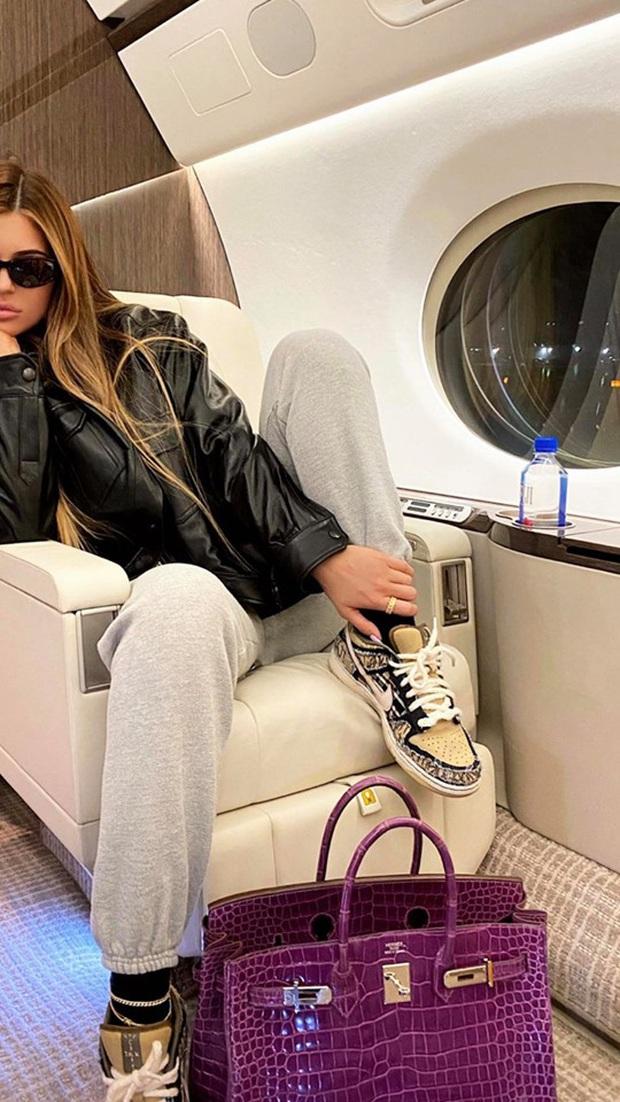 Cả bầu trời sang chảnh chỉ trong một bức ảnh: Nữ tỷ phú Kylie Jenner đi phi cơ riêng, khoe túi xách mấy trăm triệu xa xỉ - Ảnh 2.