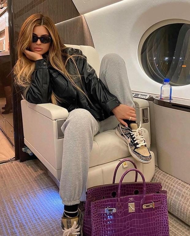 Cả bầu trời sang chảnh chỉ trong một bức ảnh: Nữ tỷ phú Kylie Jenner đi phi cơ riêng, khoe túi xách mấy trăm triệu xa xỉ - Ảnh 1.