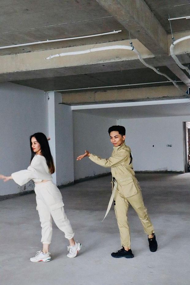 Clip gây sốt: Khánh Thi - Phan Hiển bắt trend cover hit ON đang dậy sóng của BTS, gây bất ngờ vì tự sáng tác vũ đạo - Ảnh 6.