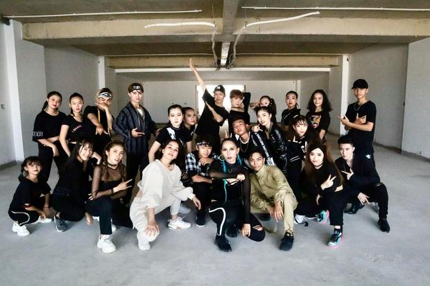 Clip gây sốt: Khánh Thi - Phan Hiển bắt trend cover hit ON đang dậy sóng của BTS, gây bất ngờ vì tự sáng tác vũ đạo - Ảnh 9.