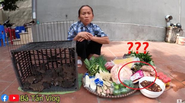 Làm lẩu ếch nhưng bà Tân Vlog lại dùng gói gia vị lẩu Thái, liệu hương vị sẽ thế nào đây? - Ảnh 1.