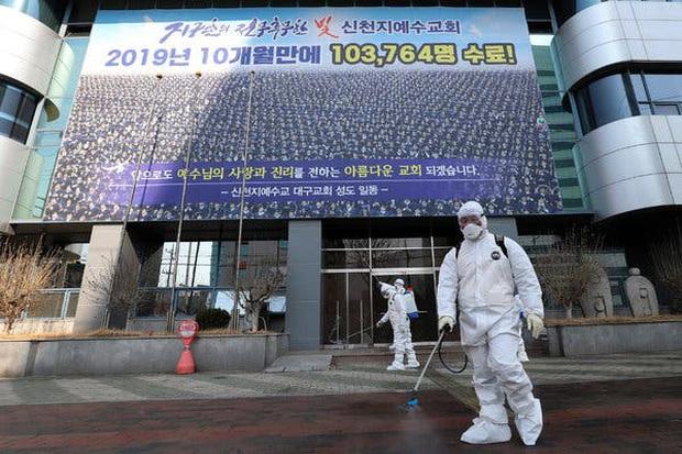 Lý do virus corona lây lan trong giáo phái Shincheonji Hàn Quốc: Cầu nguyện chen chúc trong phòng kín, ốm cũng không được vắng mặt - Ảnh 2.