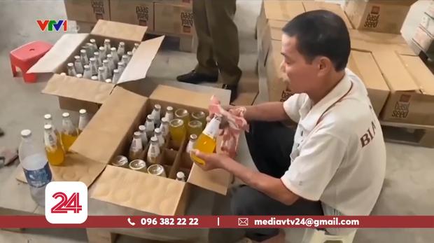 Hà Nội: Hàng nghìn chai nước ngọt hết hạn sử dụng cả năm được hô biến thành sản phẩm mới - Ảnh 1.