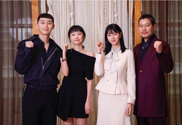 Park Seo Joon diện đồ tông xuyệt tông cực đáng yêu với Kim Da Mi ở họp báo Tầng Lớp Itaewon - Ảnh 1.
