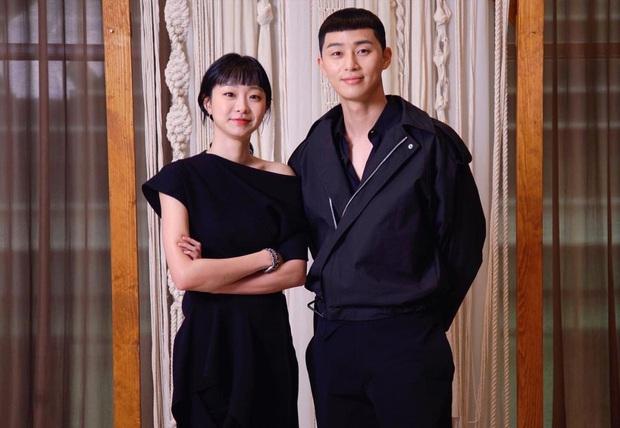Park Seo Joon diện đồ tông xuyệt tông cực đáng yêu với Kim Da Mi ở họp báo Tầng Lớp Itaewon - Ảnh 4.