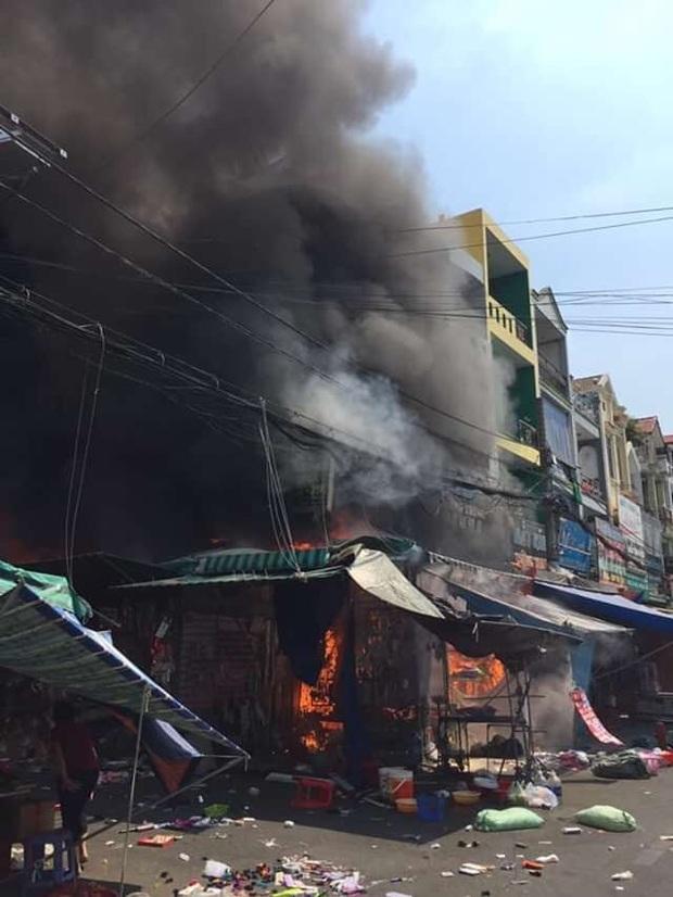 Cháy lớn tại chợ Hạnh Thông Tây ở Sài Gòn, 6 người mắc kẹt kêu cứu - Ảnh 1.