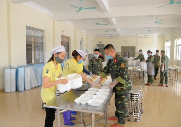Đột nhập bếp ăn quân đội phục vụ hàng trăm người ở khu cách ly Hà Nội - Ảnh 1.