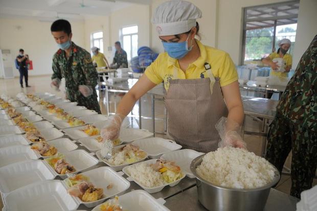 Đột nhập bếp ăn quân đội phục vụ hàng trăm người ở khu cách ly Hà Nội - Ảnh 2.