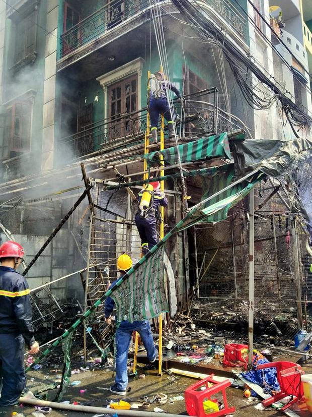 Cháy lớn tại chợ Hạnh Thông Tây ở Sài Gòn, 6 người mắc kẹt kêu cứu - Ảnh 2.