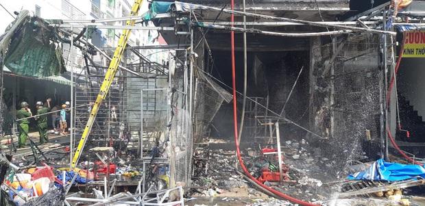 Cháy lớn tại chợ Hạnh Thông Tây ở Sài Gòn, 6 người mắc kẹt kêu cứu - Ảnh 3.