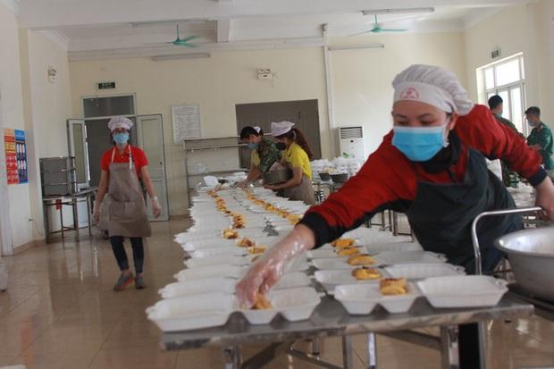Đột nhập bếp ăn quân đội phục vụ hàng trăm người ở khu cách ly Hà Nội - Ảnh 3.
