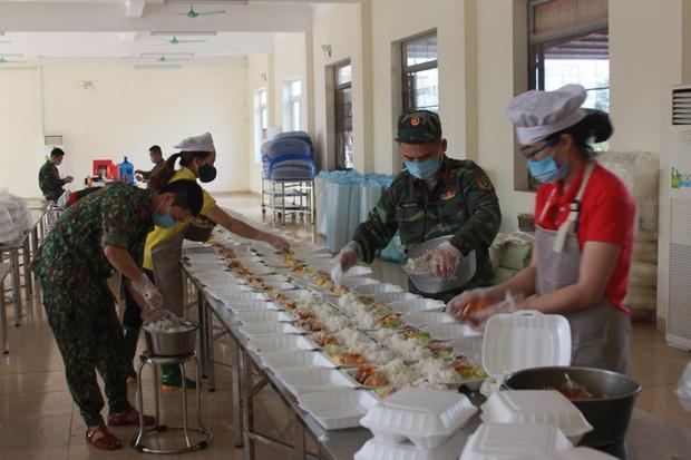 Đột nhập bếp ăn quân đội phục vụ hàng trăm người ở khu cách ly Hà Nội - Ảnh 4.