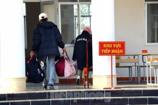 Bên trong khu vực cách ly 28 người về từ vùng dịch tại Trường quân sự Cần Thơ - Ảnh 5.